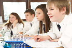 Grupo de estudiantes adolescentes en clase de la ciencia Imagen de archivo