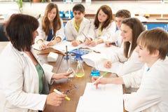 Grupo de estudiantes adolescentes en clase de la ciencia Fotos de archivo libres de regalías