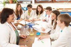 Grupo de estudiantes adolescentes en clase de la ciencia Imágenes de archivo libres de regalías