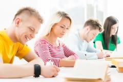 Grupo de estudiantes adolescentes en el examen Fotos de archivo libres de regalías