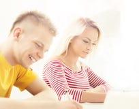Grupo de estudiantes adolescentes en el examen en el auditorio Foto de archivo libre de regalías