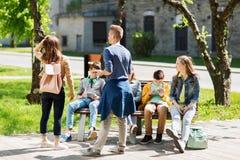 Grupo de estudiantes adolescentes en el patio de escuela Fotos de archivo libres de regalías