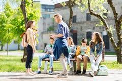 Grupo de estudiantes adolescentes en el patio de escuela Fotografía de archivo libre de regalías