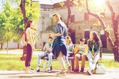 Grupo de estudiantes adolescentes en el patio de escuela Imagen de archivo libre de regalías