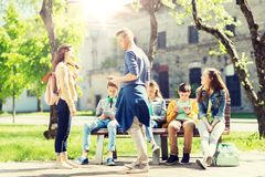 Grupo de estudiantes adolescentes en el patio de escuela foto de archivo
