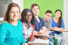 Grupo de estudiantes adolescentes felices Fotos de archivo