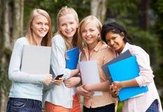 Grupo de estudiantes adolescentes femeninos al aire libre Imagen de archivo