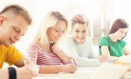 Grupo de estudiantes adolescentes que estudian en la lección Imágenes de archivo libres de regalías