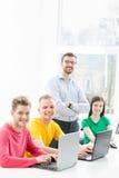 Grupo de estudiantes adolescentes que estudian en la lección en la sala de clase Foto de archivo libre de regalías