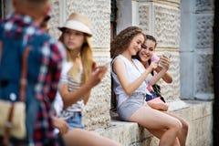 Grupo de estudiantes adolescentes que hablan delante de universidad Foto de archivo libre de regalías