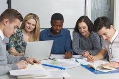 Grupo de estudiantes adolescentes que trabajan en sala de clase Fotografía de archivo