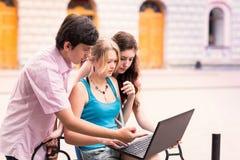 Grupo de estudiantes adolescentes sonrientes felices Fotografía de archivo libre de regalías