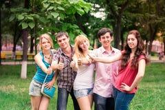 Grupo de estudiantes adolescentes sonrientes felices Fotografía de archivo