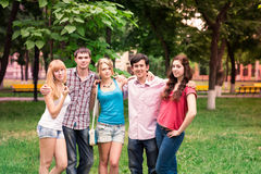 Grupo de estudiantes adolescentes sonrientes felices Imagen de archivo