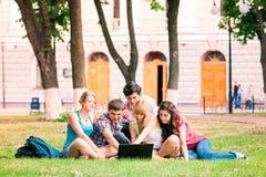 Grupo de estudiantes adolescentes sonrientes felices Imagenes de archivo