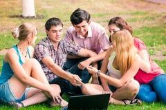 Grupo de estudiantes adolescentes sonrientes felices Imágenes de archivo libres de regalías