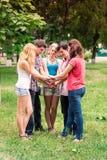 Grupo de estudiantes adolescentes sonrientes felices Foto de archivo