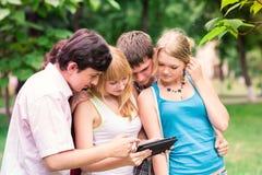 Grupo de estudiantes adolescentes sonrientes felices Fotos de archivo libres de regalías