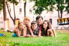 Grupo de estudiantes adolescentes sonrientes felices afuera Imagen de archivo