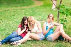 Grupo de estudiantes adolescentes sonrientes felices al aire libre Fotos de archivo