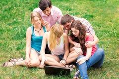 Grupo de estudiantes adolescentes sonrientes felices fuera de la universidad Fotografía de archivo libre de regalías