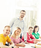 Grupo de estudiantes adolescentes y de un profesor en la lección Fotografía de archivo