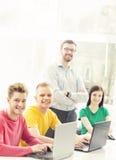 Grupo de estudiantes adolescentes y de un profesor en la lección Imagenes de archivo