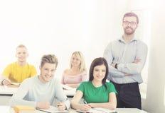 Grupo de estudiantes adolescentes y de un profesor en la lección Imagen de archivo libre de regalías