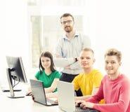 Grupo de estudiantes adolescentes y de un profesor en la lección Imágenes de archivo libres de regalías