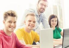Grupo de estudiantes adolescentes y de un profesor en la lección en el cla Fotografía de archivo libre de regalías