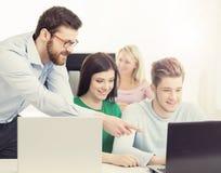 Grupo de estudiantes adolescentes y de un profesor en la lección en el cla Imagen de archivo
