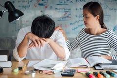 Grupo de estudiantes asiático de la High School secundaria o de la universidad que se sienta en el escritorio en cl Imagenes de archivo