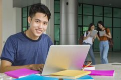 Grupo de estudiantes asiáticos de la universidad que se divierten al aire libre Imagen de archivo libre de regalías