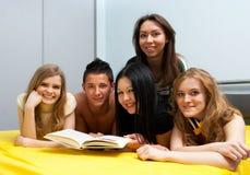 Grupo de estudiantes con el libro Imágenes de archivo libres de regalías