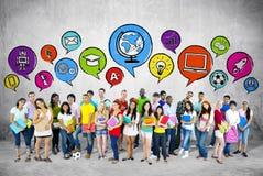 Grupo de estudiantes con la burbuja del discurso foto de archivo libre de regalías