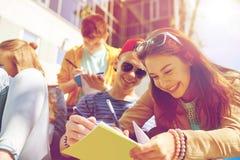Grupo de estudiantes con los cuadernos en el patio de escuela Foto de archivo