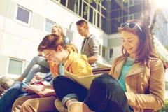 Grupo de estudiantes con los cuadernos en el patio de escuela Imagenes de archivo