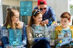 Grupo de estudiantes con los cuadernos en el patio de escuela Imagen de archivo libre de regalías