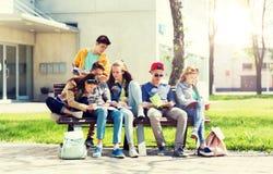 Grupo de estudiantes con los cuadernos en el patio de escuela Fotos de archivo libres de regalías