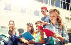 Grupo de estudiantes con los cuadernos en el patio de escuela Imagen de archivo