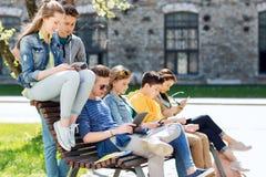 Grupo de estudiantes con PC de la tableta en el patio de escuela Foto de archivo