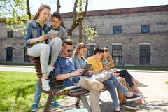 Grupo de estudiantes con PC de la tableta en el patio de escuela Foto de archivo libre de regalías