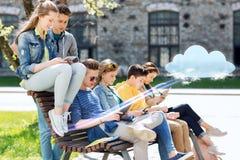Grupo de estudiantes con PC de la tableta en el patio de escuela Imágenes de archivo libres de regalías