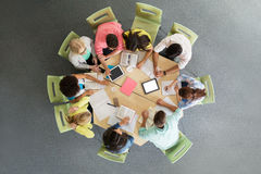 Grupo de estudiantes con PC de la tableta en la biblioteca escolar Imagenes de archivo