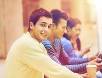 Grupo de estudiantes con PC de la tableta y la taza de café Imágenes de archivo libres de regalías