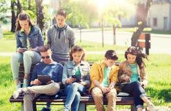 Grupo de estudiantes con PC de la tableta en el patio de escuela Fotografía de archivo libre de regalías
