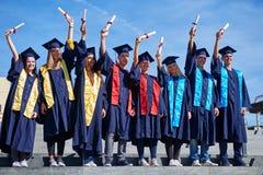 Grupo de estudiantes de graduados jovenes fotos de archivo