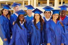 Grupo de estudiantes de la High School secundaria que celebran Graduati Fotografía de archivo libre de regalías