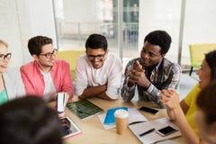 Grupo de estudiantes de la High School secundaria que se sientan en la tabla Imagen de archivo libre de regalías