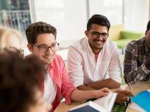 Grupo de estudiantes de la High School secundaria que se sientan en la tabla Imagen de archivo